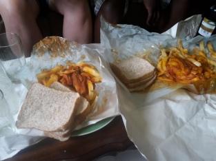 Chips mit Peri peri Soße und Brot -lecker- :)